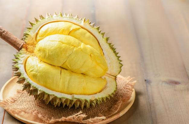 木の板にドリアンまたはデュリオzibthinusマレー。夏の季節のタイの果物の王様