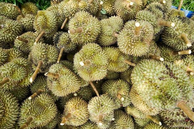 Durianは、庭師が木を切り倒してから並べ替えて販売するようにしています。