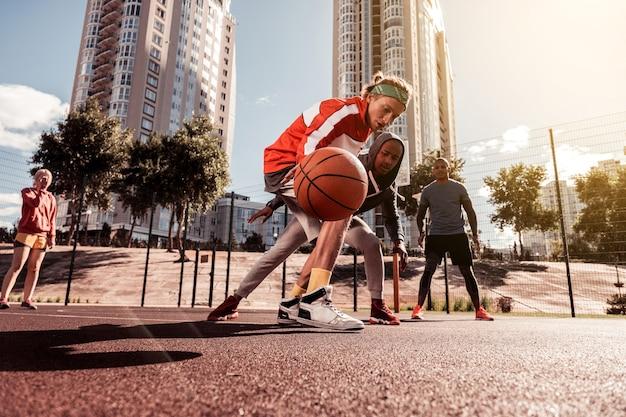 농구 경기 중. 게임을하는 동안 공을 얻으려고하는 좋은 젊은 사람들