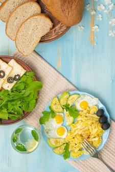 듀럼 파스타 계란 녹색 아루굴라 나무 파란색 배경에 적절한 영양 평면도