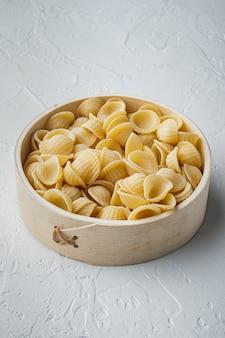 흰색 테이블에 듀럼 밀 양질의 거친 밀가루 파스타 그릇