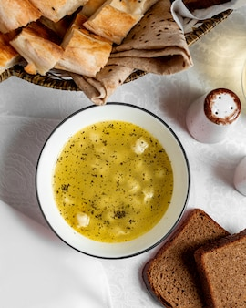 乾燥ミントをまぶしたスープに伝統的なdushbar