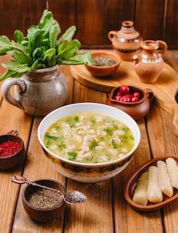 Zuppa di gnocchi di dushbara servita con erbe secche e spezie verticali Foto Gratuite