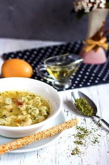 Zuppa di dushbara con erbe secche e aceto