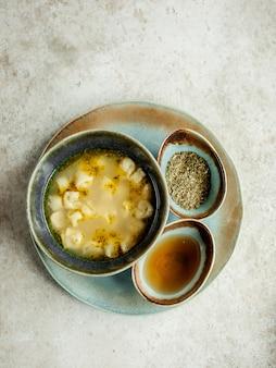 Zuppa di dushbara con aceto ed erbe secche