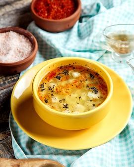 肉の側面図とdushbara伝統的なスープ餃子