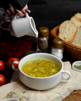 アゼルバイジャンの伝統的なdushbereと酢