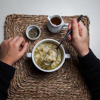 酢と乾燥ミントとナプキンを提供する人間の手で平面図dushpara
