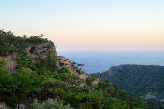 地中海の景色を望む夕暮れの山の風景