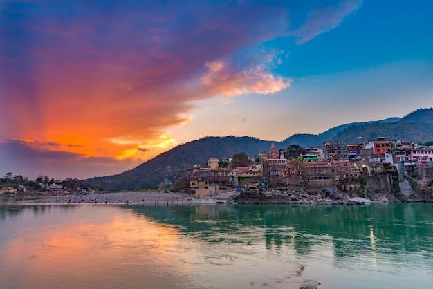インドのリシケシの聖なる町と旅行先の夕暮れ時