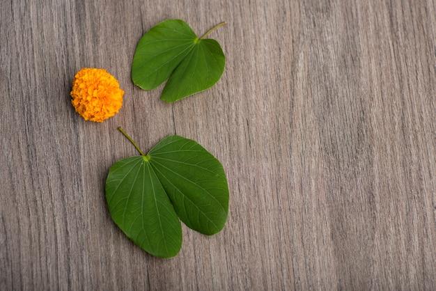 木製の背景にインドのお祭りdussehraandマリーゴールドの花。