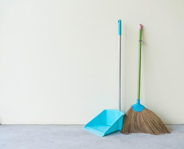 Пылесборник и метла