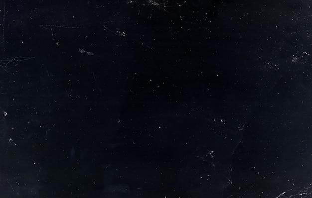 먼지 스크래치 오버레이. 화면이 손상되었습니다. 그레인 노이즈 결함이있는 어두운 금이 간 바랜 텍스처. 사진 편집기를위한 고민 된 그런지 필터.