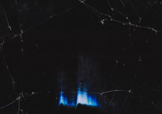 Текстура царапин пыли. темный треснувший старый экран телевизора с размазанной грязью синий дефект свечения линз