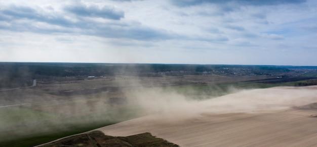 농업 분야에 먼지 폭풍입니다. 드론 보기