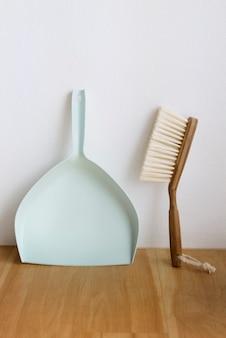 Paletta per la spazzatura e spazzola per la pulizia elementi essenziali nel concetto di stile di vita