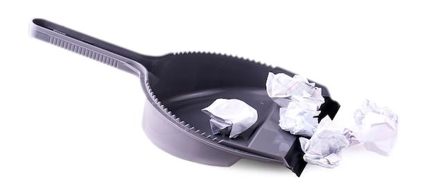 흰색 바탕에 쓰레기 종이와 집 작업을 위한 쓰레받기. 청소