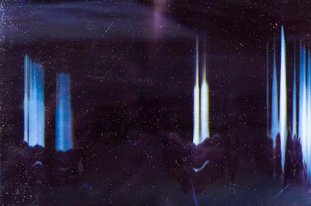 Пыльная накладка. отблеск от линз. размытый синий отблеск на темном фоне.