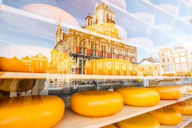 オランダのデルフト市を反映したショーケースの棚にオランダのチーズが向かいます
