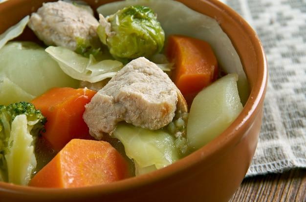 Голландский hutsepot - тушеное мясо, картофель, морковь и лук. традиционная голландская кухня