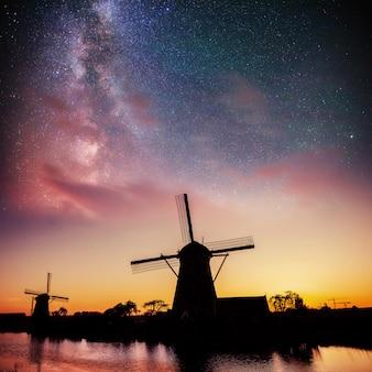 夜のオランダの工場。