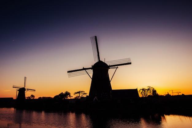 Голландская мельница ночью голландия нидерланды. мир красоты
