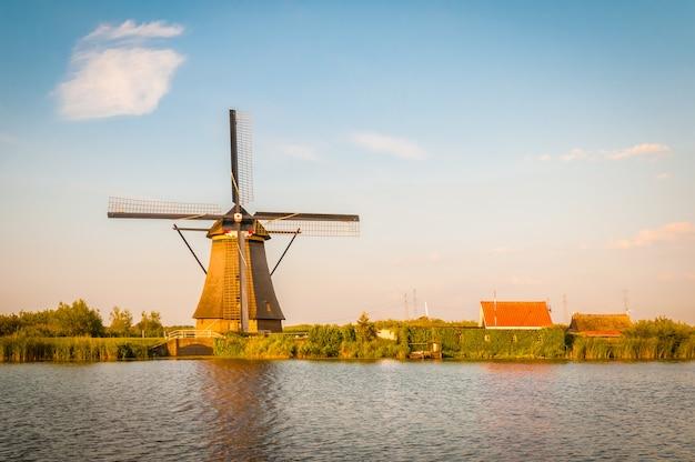 川の近くのオランダの風車