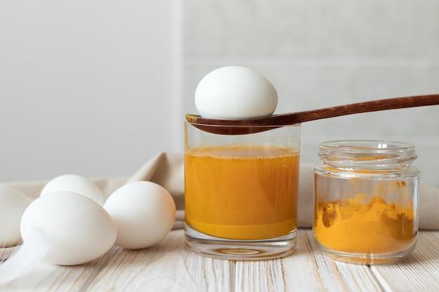 イースターエッグを天然染料ターメリック、天然染料バイオで染色。高品質の写真