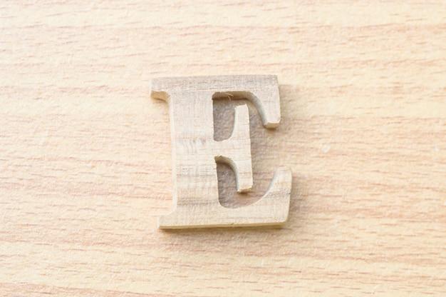 진짜 나무에서 전자 알파벳 문자.