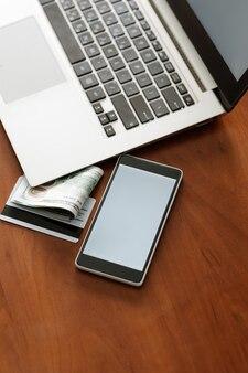 Реклама электронной коммерции. портативный компьютер, телефон с белым экраном. современные технологии