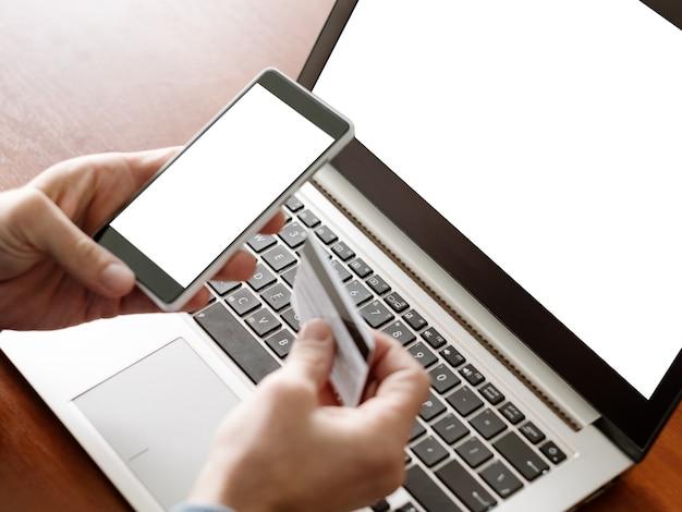 전자상거래 광고. 노트북 컴퓨터, 흰색 화면이 있는 전화. 현대 기술