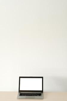 Реклама электронной коммерции. портативный компьютер с белым экраном. современные технологии