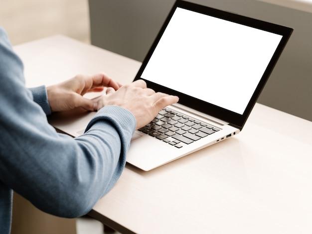 Eコマース広告。白い画面のラップトップコンピューター。現代のテクノロジー