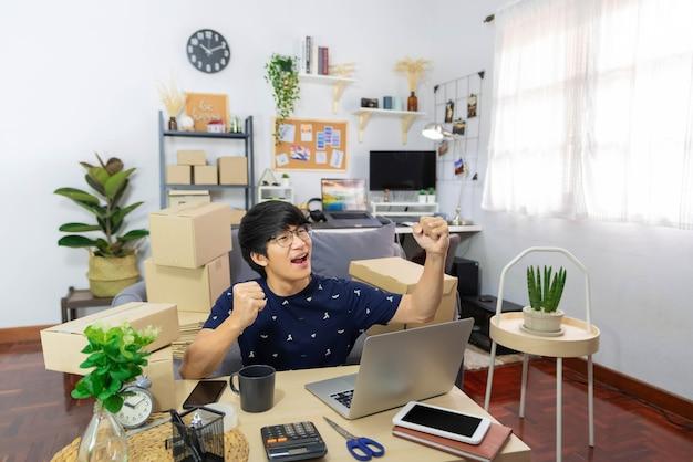 전자 상거래 개념 남성 온라인 상인은 판매가 목표에 도달하면 비즈니스에서 성공합니다.