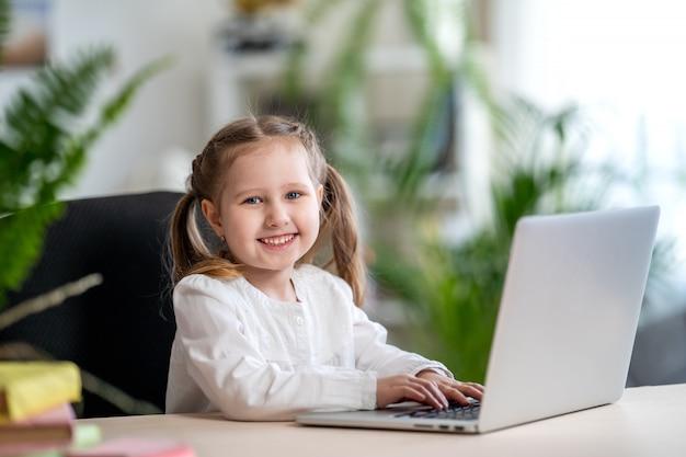 デジタルラップトップeラーニングの概念、デジタルeラーニングの概念を使用して小さな女の子