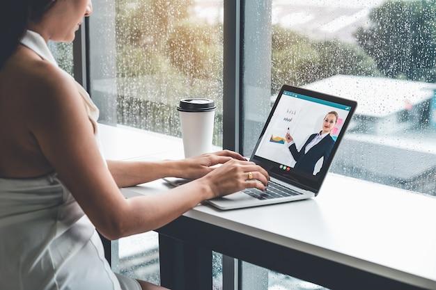 Электронное обучение и концепция встречи бизнес-презентации онлайн. Premium Фотографии