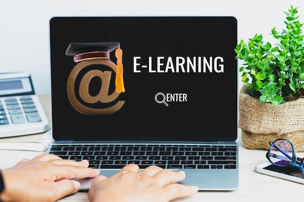 Eラーニングオンライン教育の概念、ラップトップコンピューターのアットマークメールロゴを使用した学生検索コースの研究。卒業留学のアイデア国際証明書はインターネット技術で学ぶことができます