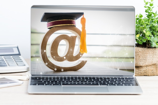 Электронное обучение или онлайн-образование, идеи логотипа подписной почты для дипломированного обучения за рубежом международного университета в портативном компьютере. сертификатное обучение можно изучать по всему миру с помощью интернет-технологий на базе