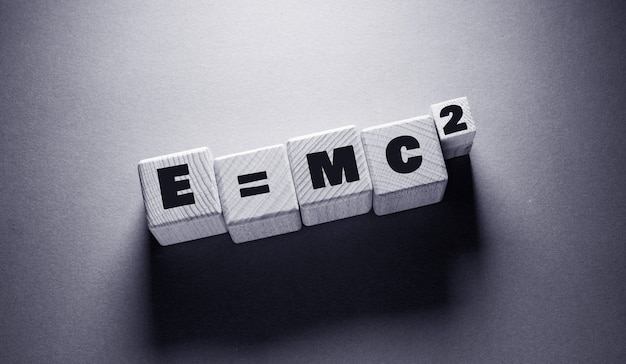 E = mc 2 слово, написанное на деревянных кубиках