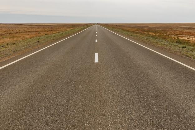 カザフスタン草原のe38高速道路