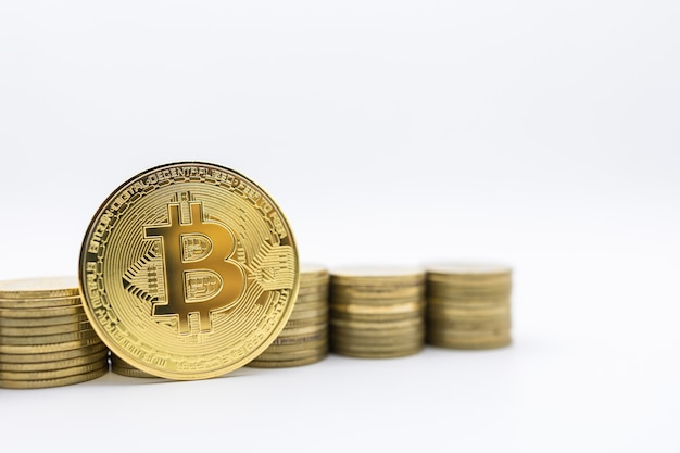 Eコマース、暗号通貨、マネー。金貨のスタックの行とビットコインコインのクローズアップ