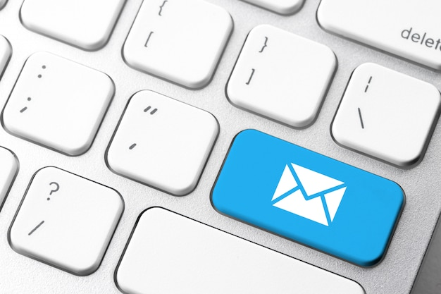 コンピューターのキーボード上のeメール&お問い合わせアイコン