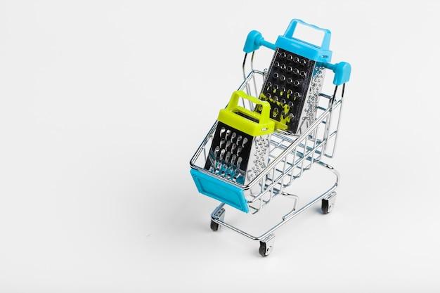 テーブルの上のミニショッピングカート。ビジネス、eコマースのコンセプト