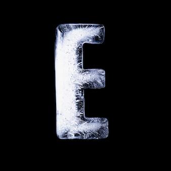 E замерзшая вода в форме алфавита на черном фоне