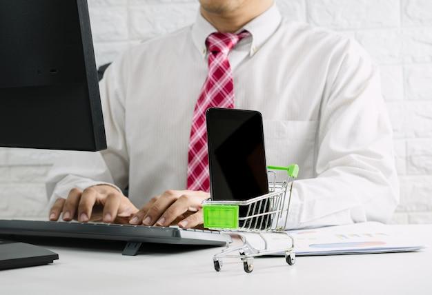 ビジネスマンは、eコマースオンライン市場と販売をチェックします。