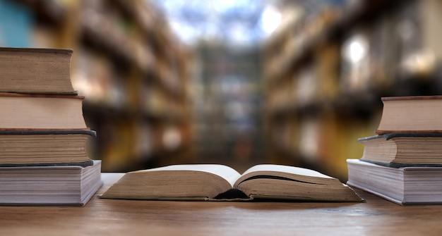 女性が本を読むeラーニング教育インターネット
