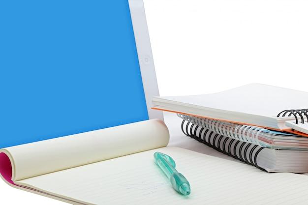 黄色の紙のペンとeラーニングの概念のための本とタッチスクリーンタブレット