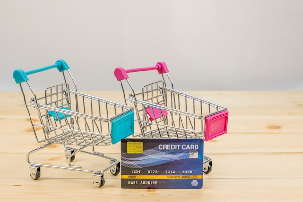 クレジットカードでショッピングトロリーモデル。 eコマースショッピング。