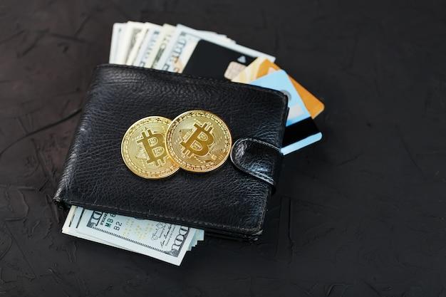 テクスチャにドル、eカード、ビットコインを備えた黒の財布。