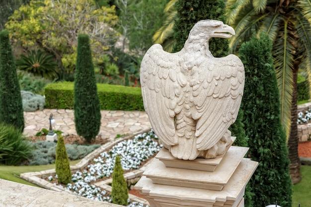 Статуя орла в бахайских садах